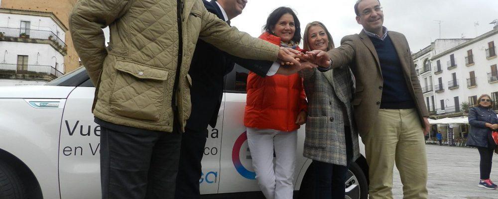 La alcaldesa recibe en la Plaza la llegada de la 6ª etapa de la II Vuelta a España en vehículo eléctrico