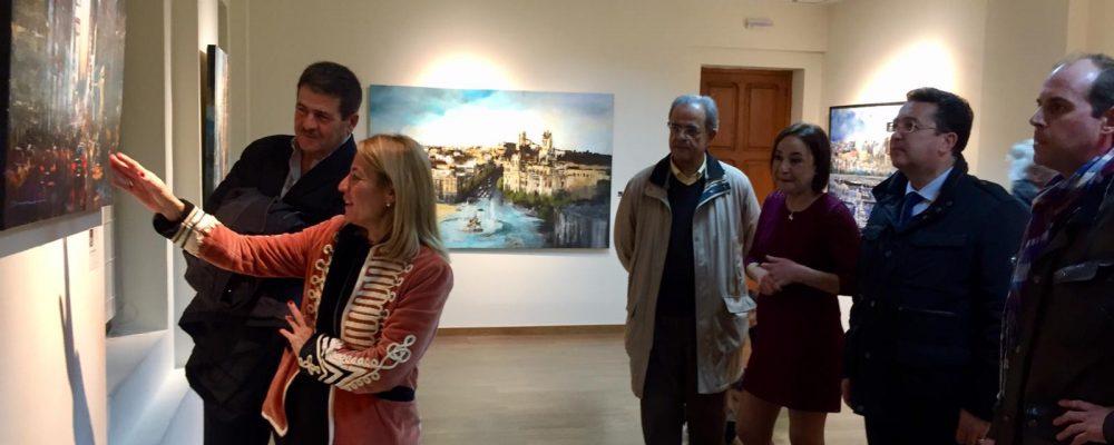 La alcaldesa inaugura en el Palacio de la Isla la exposición 'Percepciones urbanas: Azul y Siena'