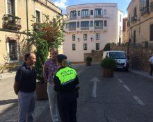 El ayuntamiento instala maceteros en lugares estratégicos siguiendo recomendaciones de la Policía Nacional
