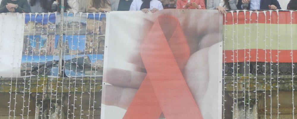 Un lazo rojo adorna la fachada del Ayuntamiento de Cáceres con motivo del Día Mundial contra el Sida
